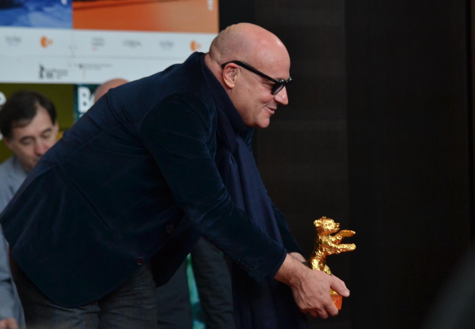 Berlino 2016: Gianfranco Rosi mostra il premio alla conferenza dei premiati