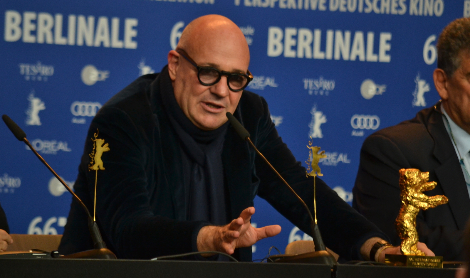 Berlino 2016: Gianfranco Rosi risponde alle domande durante la conferenza dei premiati