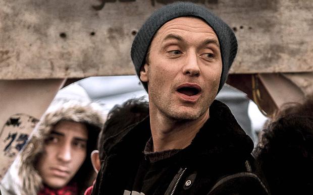 Jude Law in visita al campo di immigrati di Calais