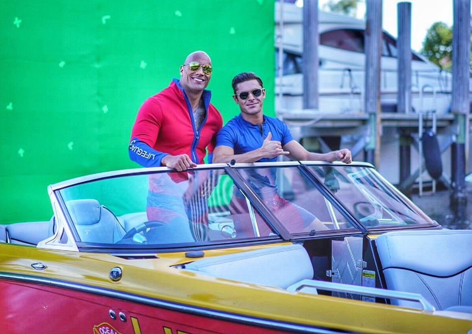 Baywatch: Zac Efron e Dwayne Johnson davanti al green screen
