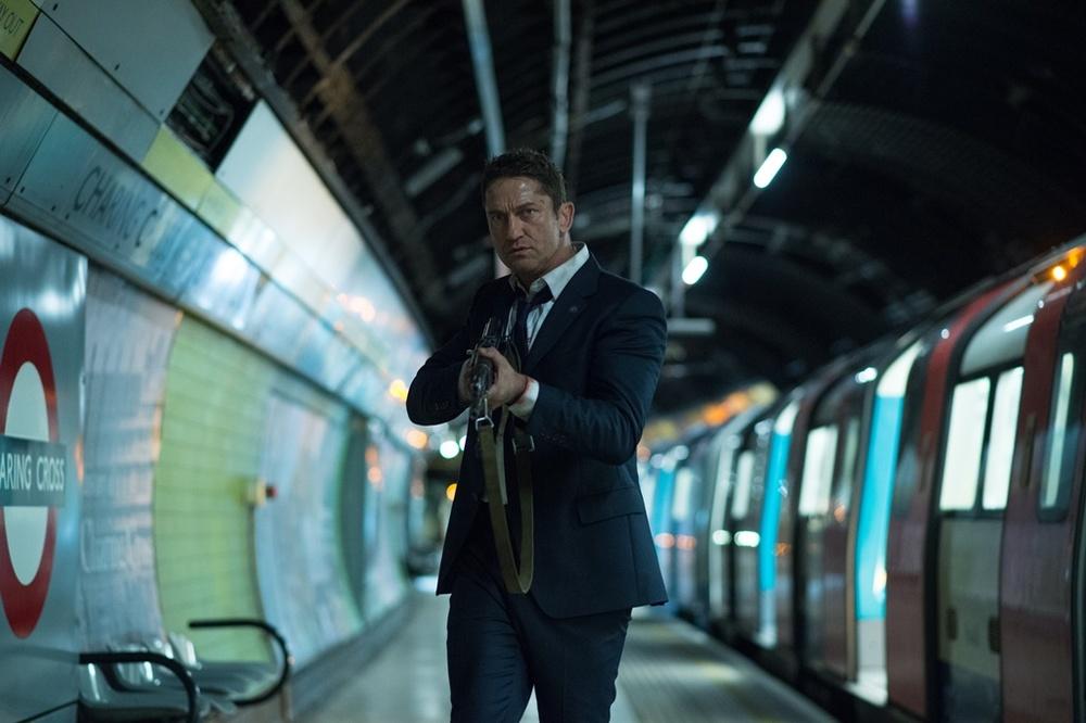 Attacco al potere 2: Gerard Butler armato in una scena del film
