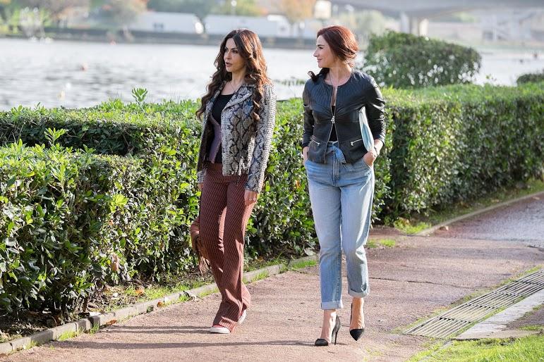 Forever Young: Luisa Ranieri e Sabrina Ferilli passeggiano in una scena del film