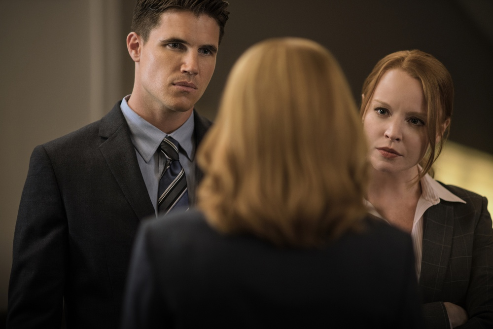 X-Files: Robbie Amell, Gillian Anderson e Lauren Ambrose in una foto del season finale Ossessione