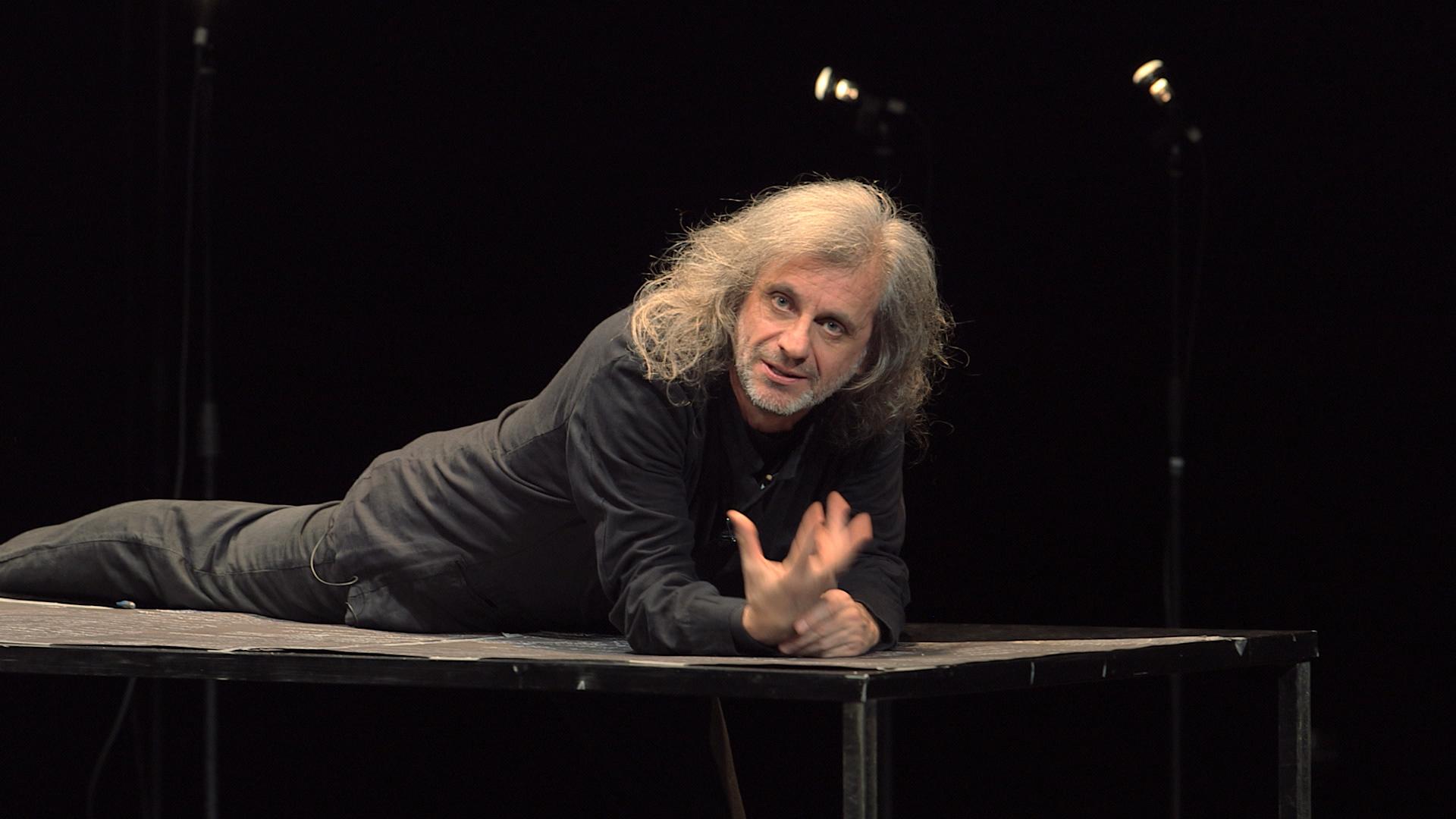 Urge: Alessandro Bergonzoni in un'immagine tratta dal suo spettacolo teatrale filmato