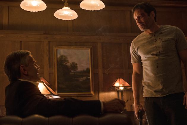 X-Files: William B. Davis e David Duchovny in una foto dell'episodio Ossessione