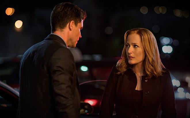 X-Files: Robbie Amell e Gillian Anderson in una foto dell'episodio Ossessione