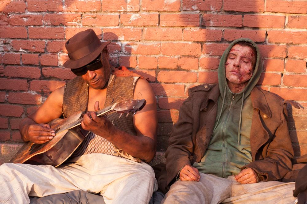 Frankenstein: Xavier Samuel e Tony Todd in una scena del film