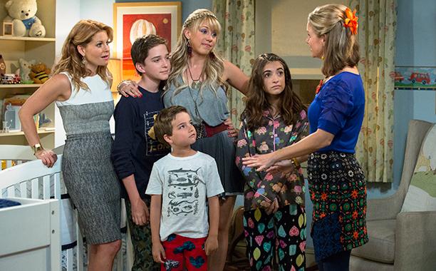 Le amiche di mamma: una foto di gruppo con alcuni dei protagonisti della comedy Netflix