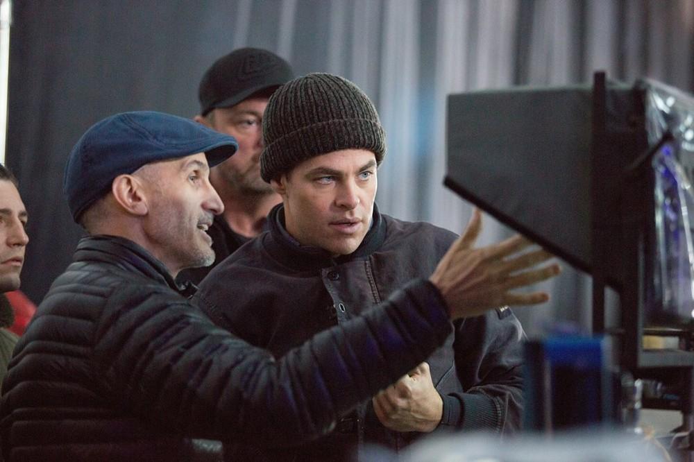 L'ultima tempesta: il regista Craig Gillespie e Chris Pine al lavoro sul set del film