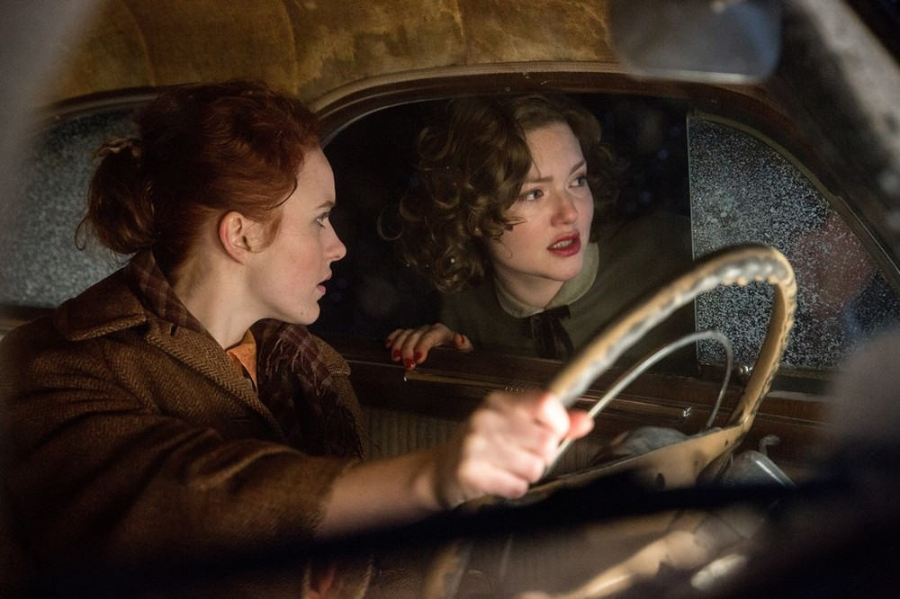 L'ultima tempesta: Rachel Brosnahan e Holly Grainger in una scena del film