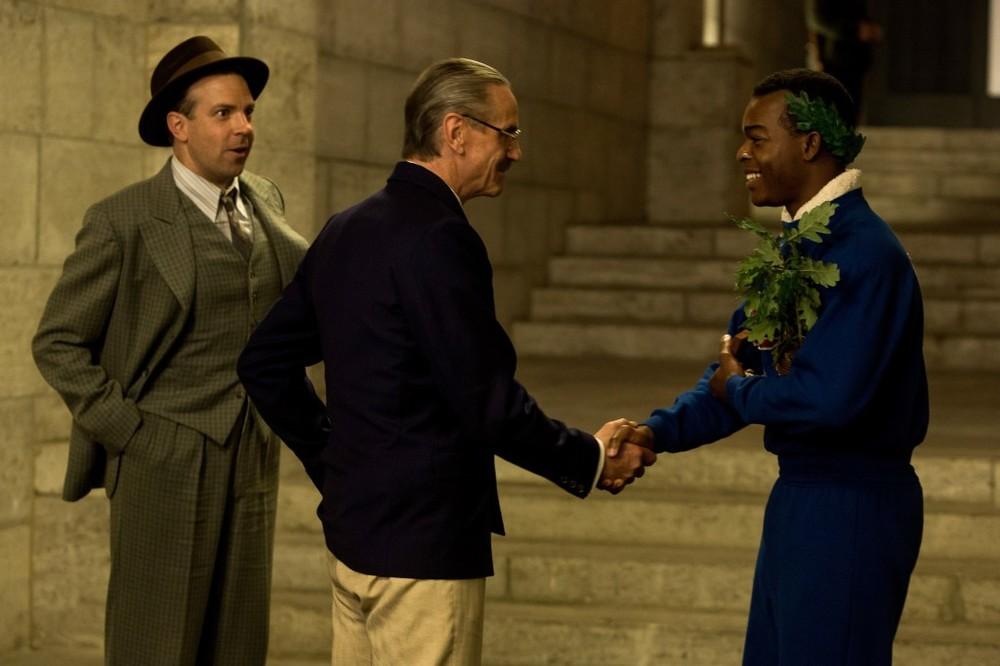 Race - Il colore della vittoria: Stephan James, Jeremy Irons e Jason Sudeikis in una scena del film