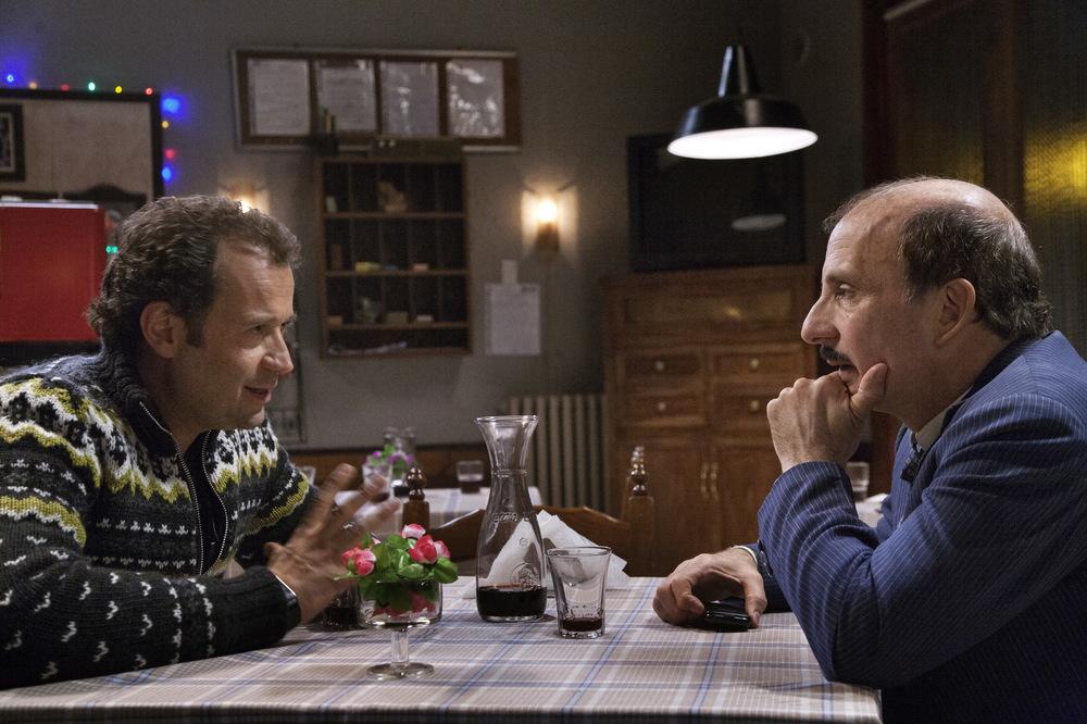 Un paese quasi perfetto: Carlo Buccirosso e Fabio Volo in una scena del film