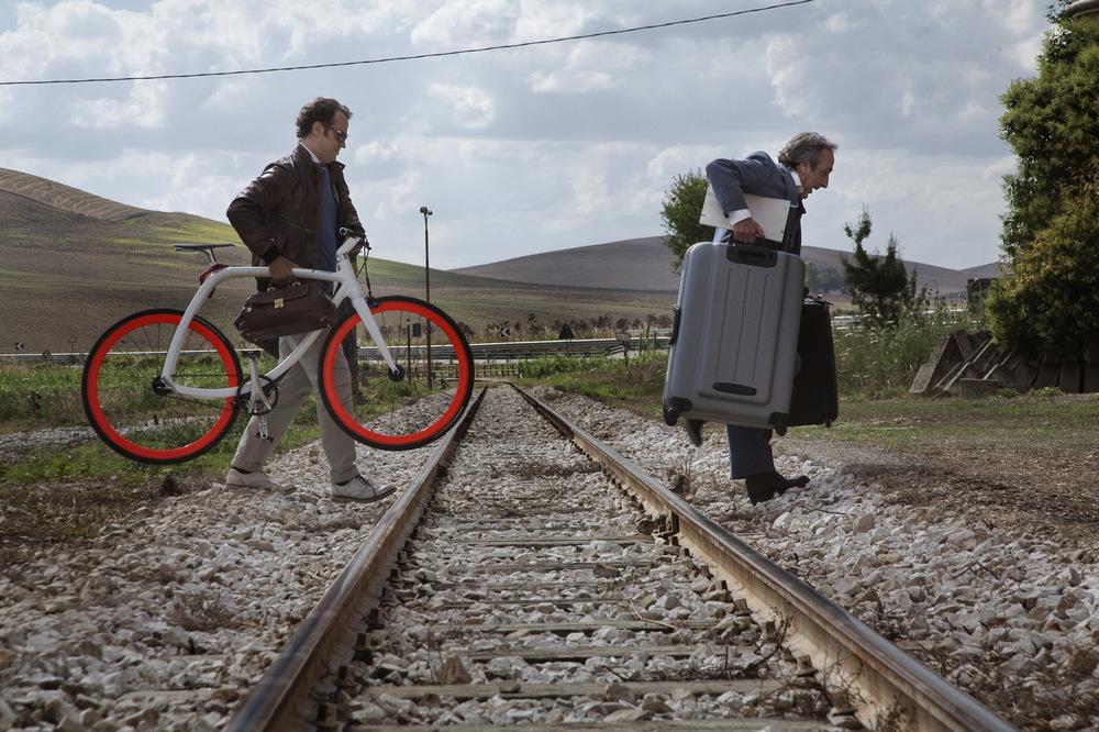 Un paese quasi perfetto: Silvio Orlando e Fabio Volo in una scena del film