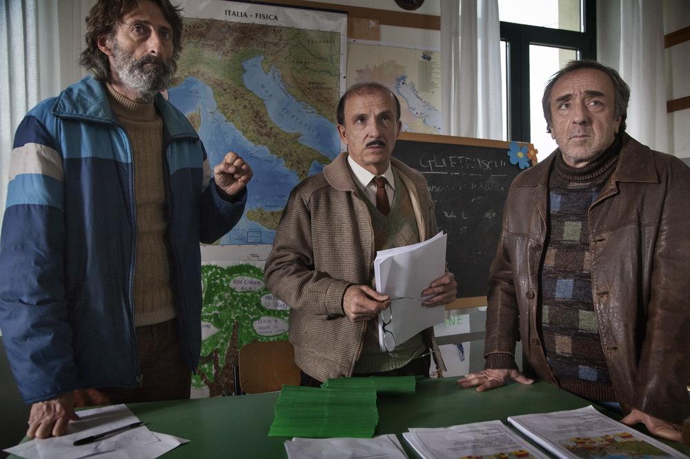 Un paese quasi perfetto: Silvio Orlando, Carlo Buccirosso e Nando Paone in una scena del film