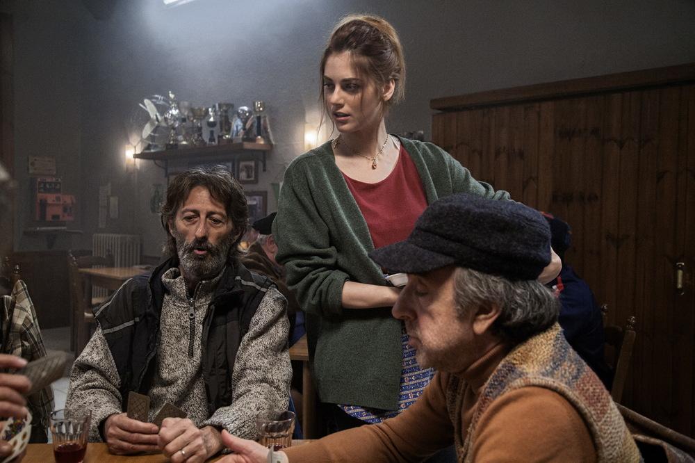 Un paese quasi perfetto: Silvio Orlando, Miriam Leone e Nando Paone in una scena del film