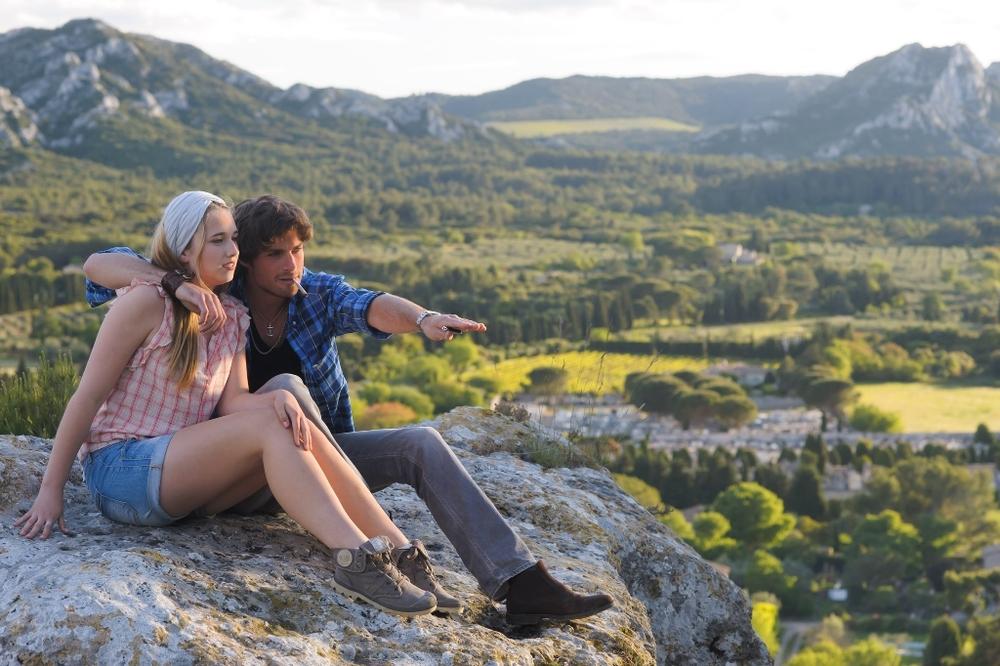 Un'estate in Provenza: Chloe Jouannet e Tom Leeb in una scena del film