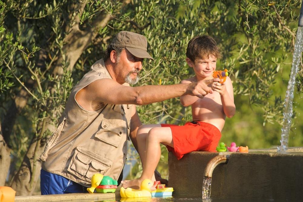 Un'estate in Provenza: Jean Reno e Lukas Pelissier in una scena del film