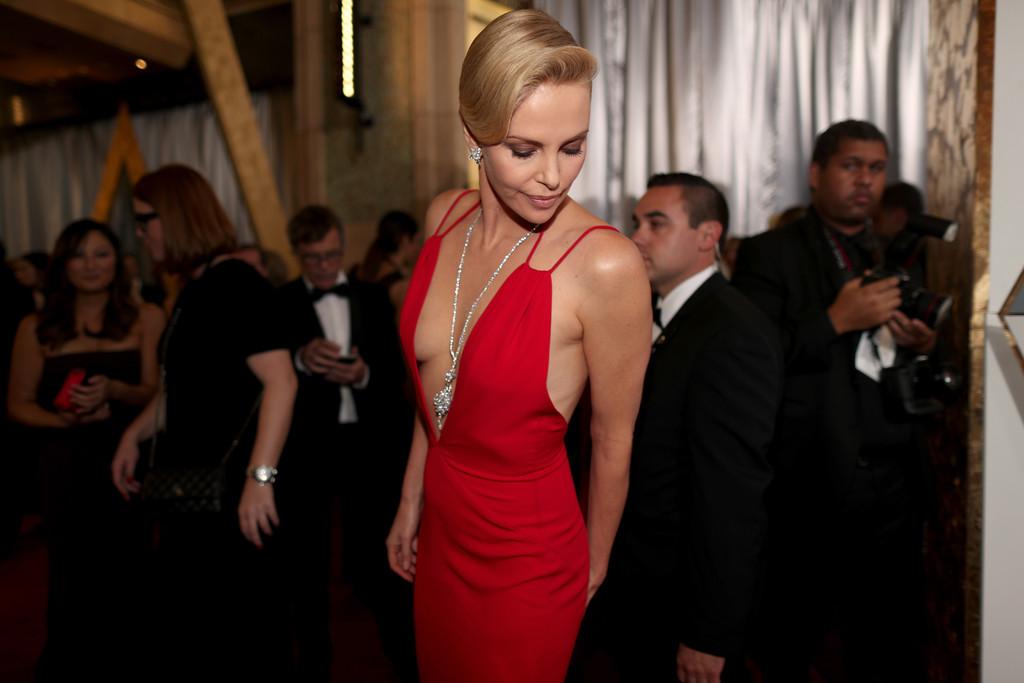 Charlize Theron in rosso sul red carpet degli Oscar 2016