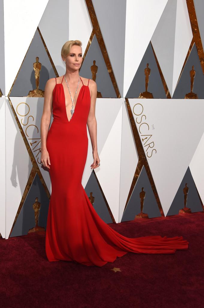 Charlize Theron sul tappeto rosso degli Oscar 2016