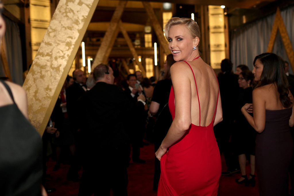 Charlize Theron sul red carpet degli Oscar 2016