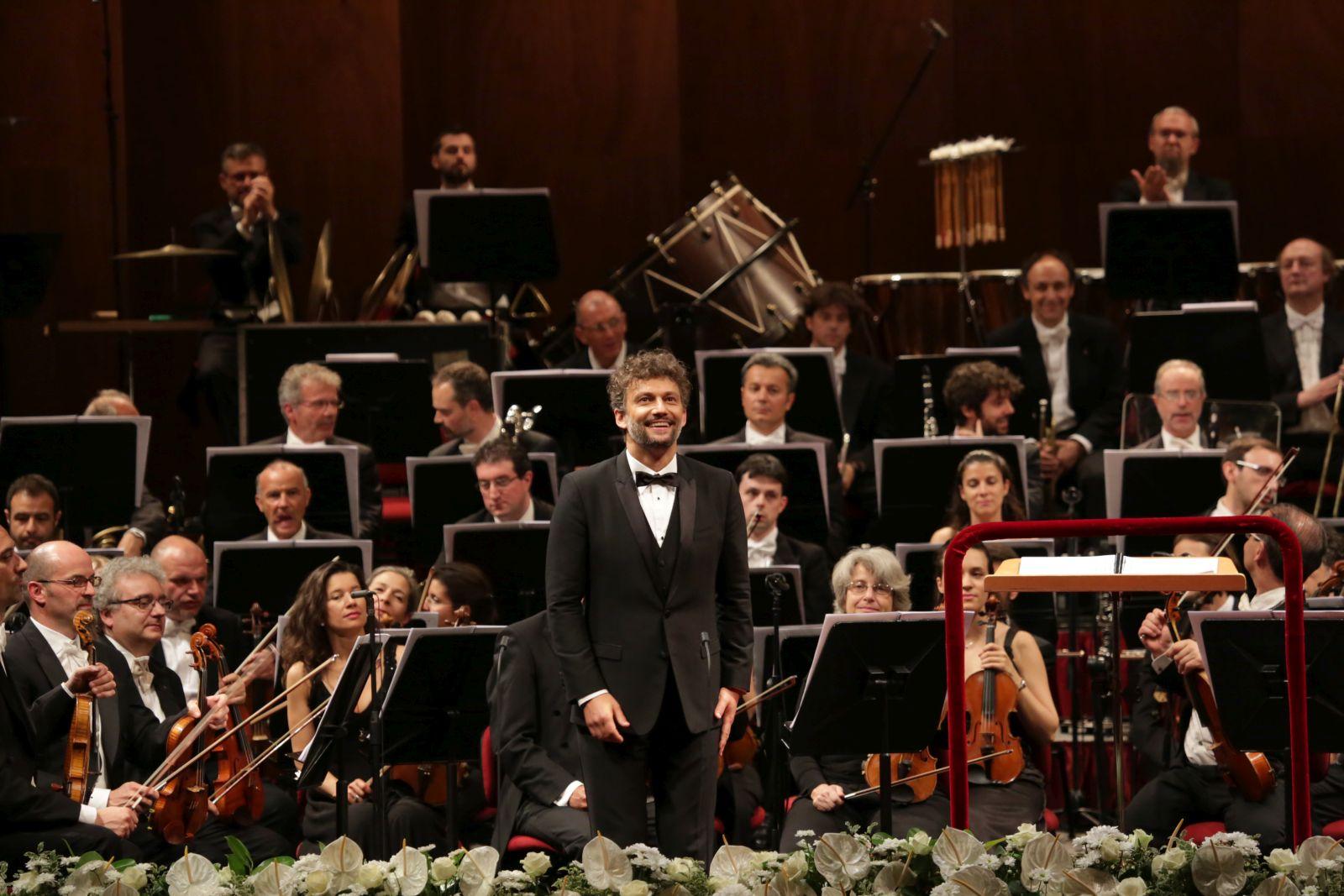 Jonas Kaufmann - Una serata con Puccini: Jonas Kaufmann e dietro di lui l'orchestra sul palco