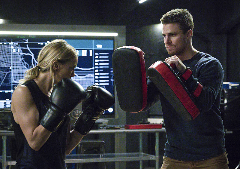 Arrow: Katie Cassidy e Stephen Amell in una foto dell'episodio A.W.O.L.