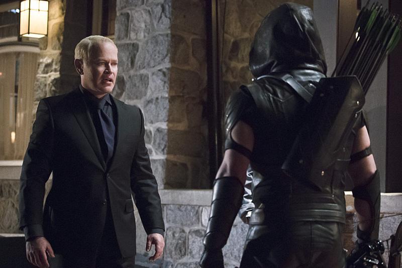 Arrow: gli attori Neal McDonough e Stephen Amell nell'episodio Blood Debts