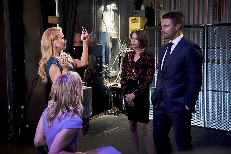 Arrow: Emily Bett Rickards, Charlott Ross, Willa Holland e Stephen Amell nella puntata Code of Silence