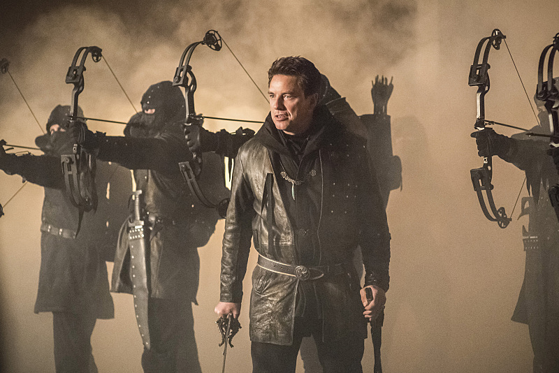 Arrow: John Barrowman nell'episodio Sins of the Father