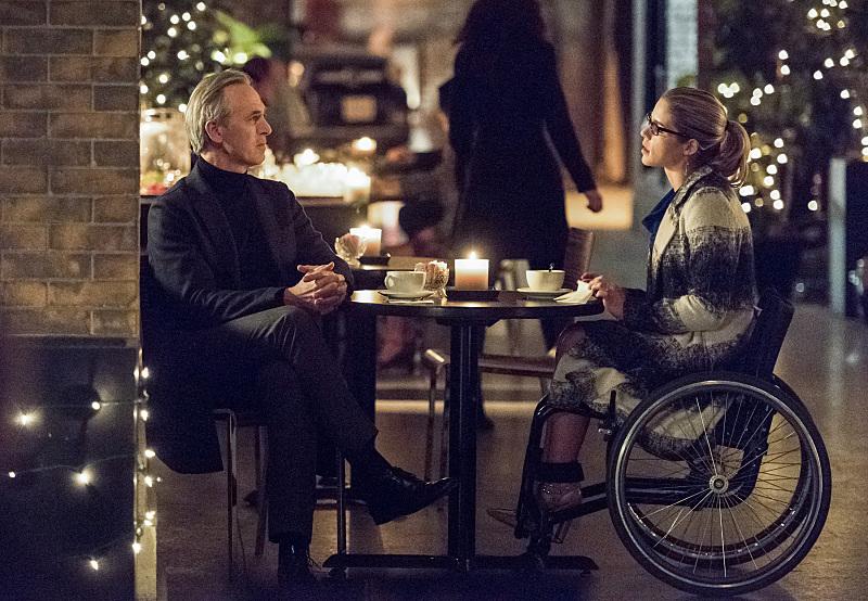 Arrow: una foto di Tom amandes ed Emily Bett Rickards in Sins of the Father