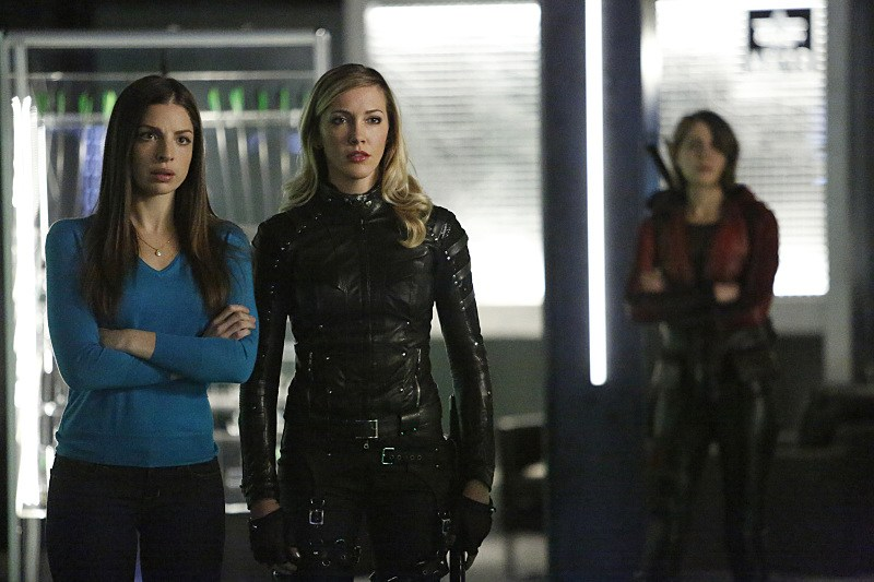 Arrow: le attrici Anna Hopkins, Katie Cassidy e Willa Holland in Taken