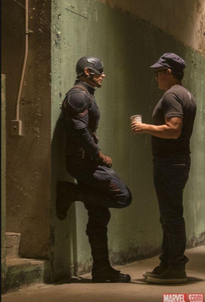 Captain America: Civil War - Chris Evans in un momento di pausa sul set