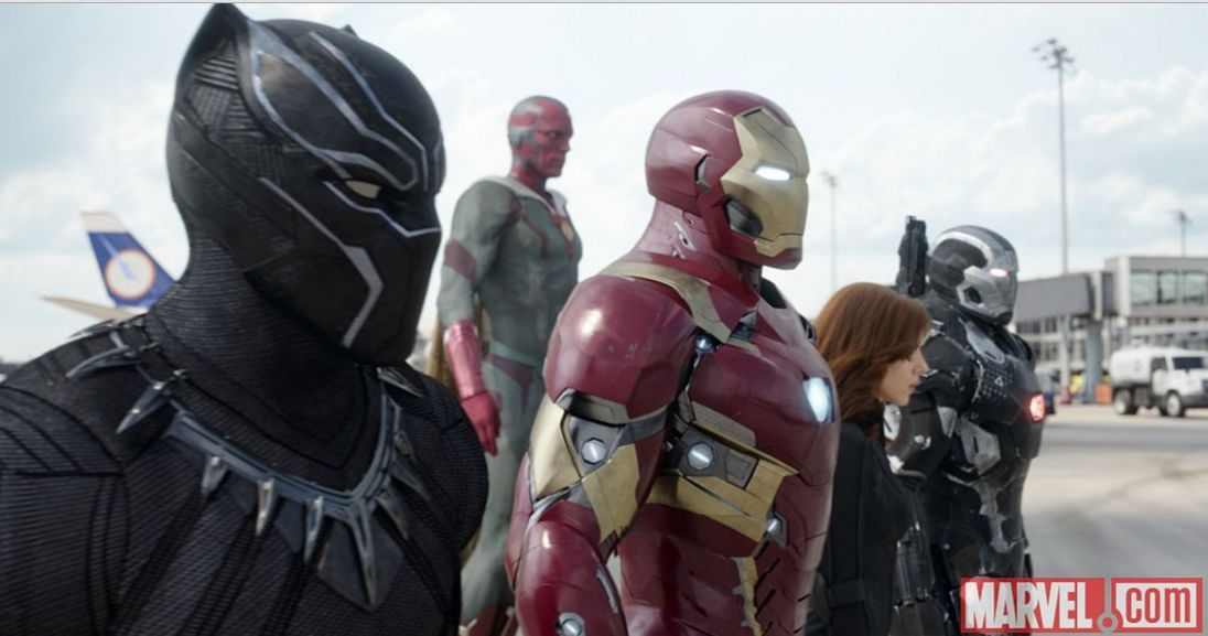 Captain America: Civil War - Scarlett Johasson, Chadwick Boseman, Robert Downey Jr. e Paul Bettany in una scena