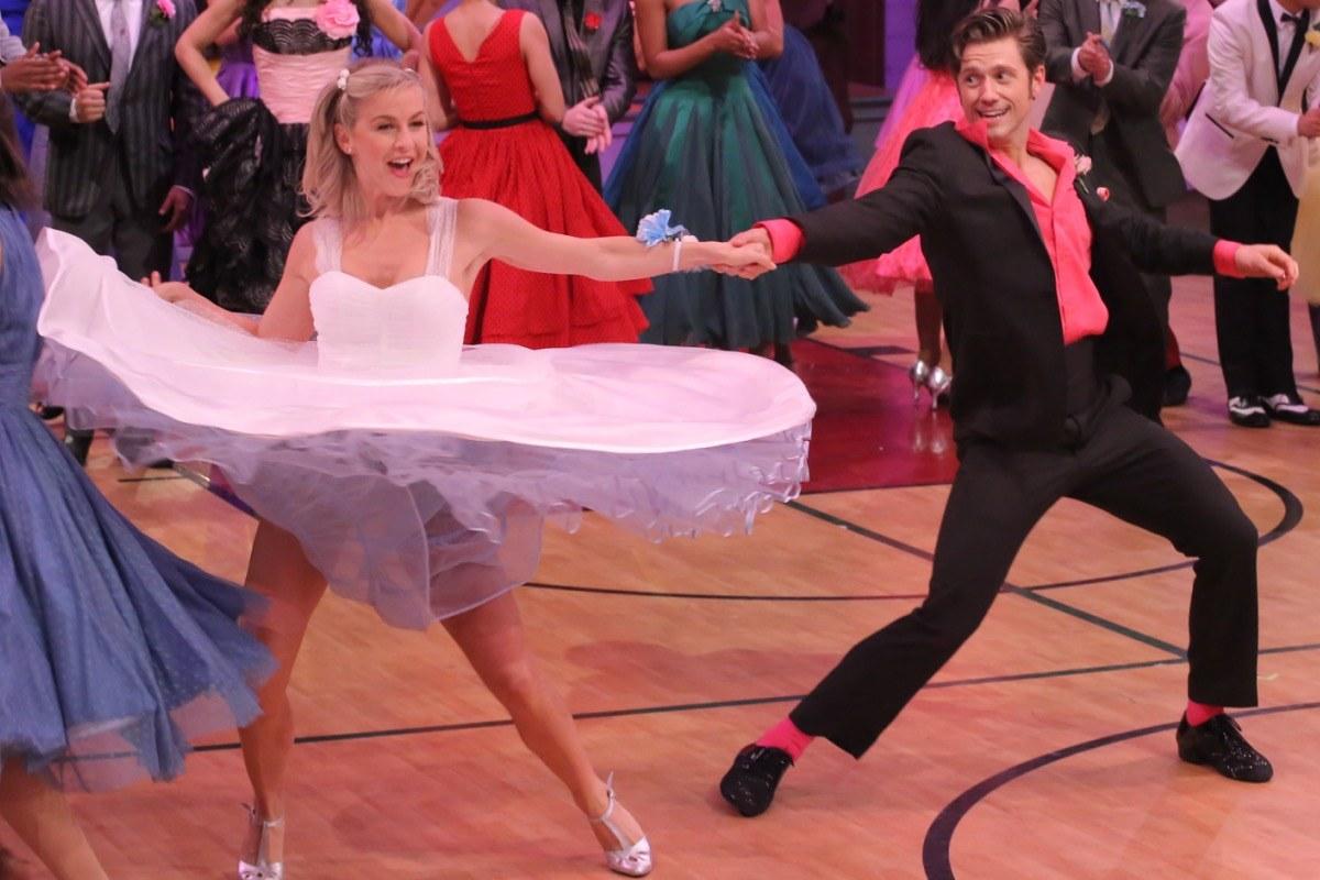 Grease Live!: Julianne Hough, Aaron Tveit durante la gara di ballo nel film
