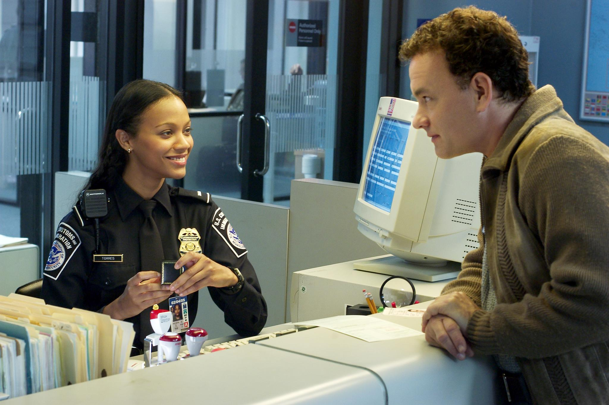 The Terminal: una scena con Zoe Saldana e Tom Hanks