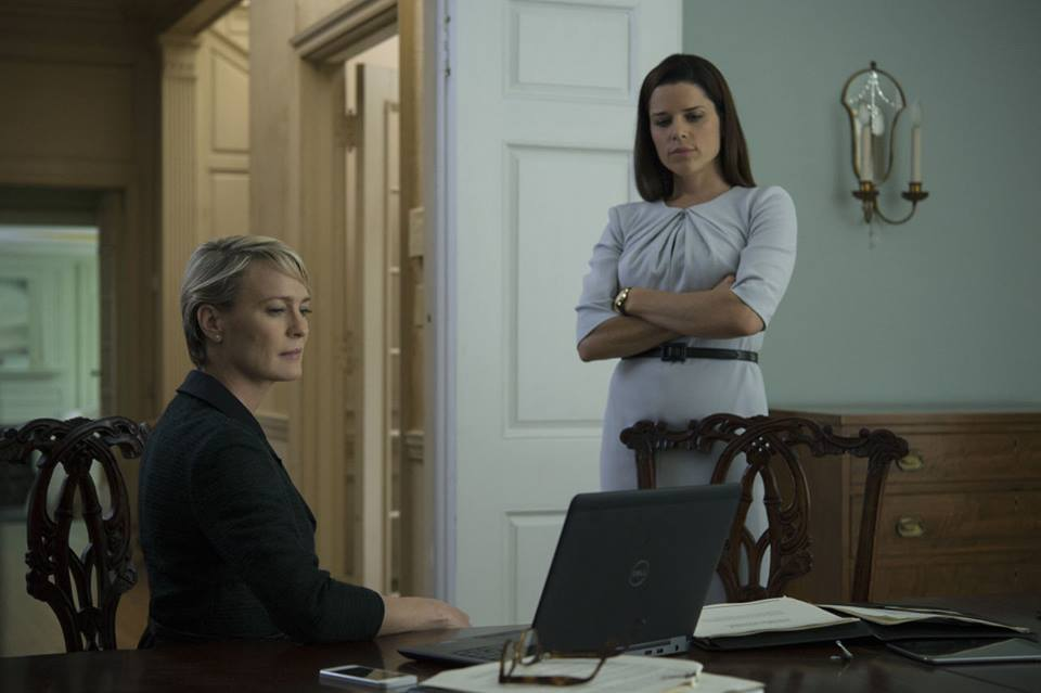 House of Cards: le attrici Robin Wright e Neve Campbell impegnate a controllare dei documenti