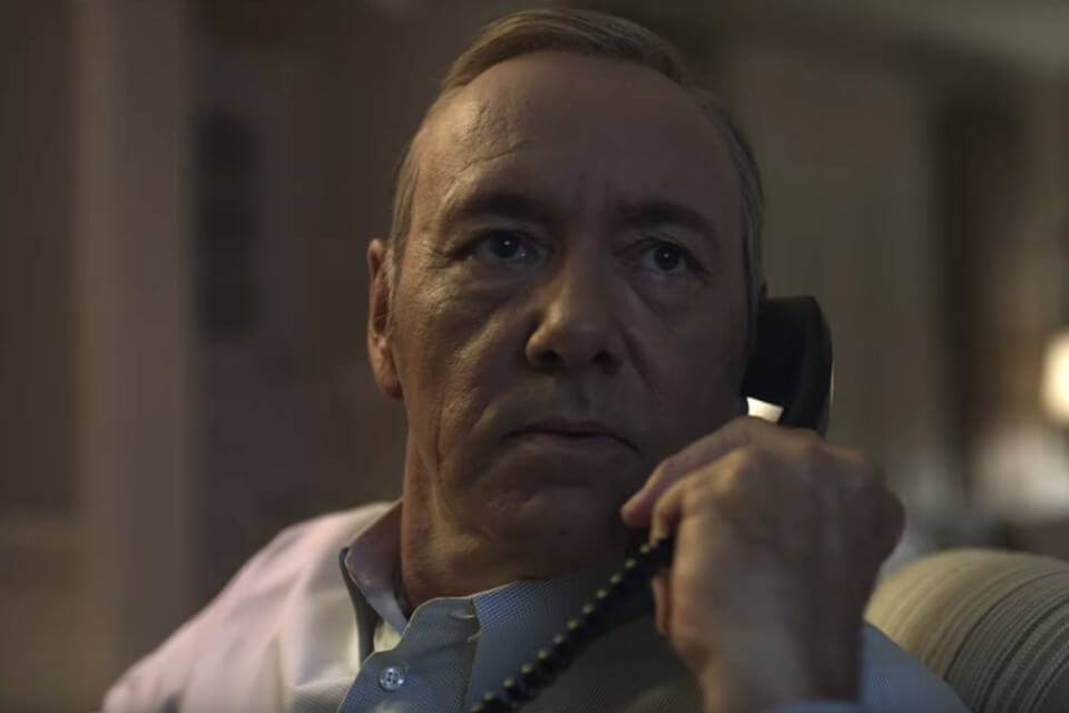 House of Cards: Frank Underwood, interpretato da Kevin Spacey, al telefono