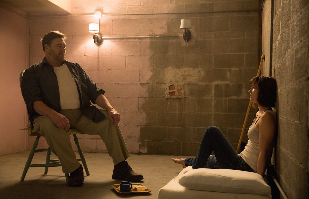 10 Cloverfield Lane: John Goodman e Mary Elizabeth Winstead in un momento del film