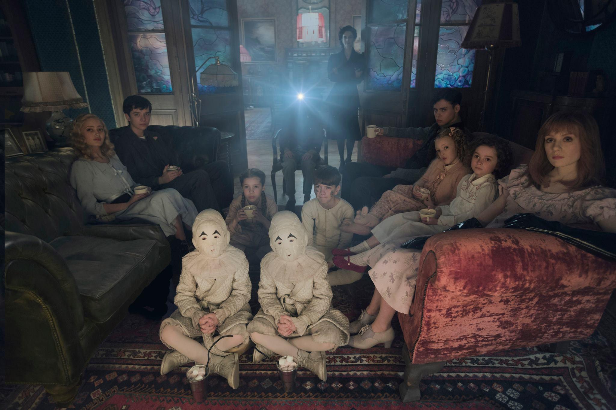 Miss Peregrine's Home for Peculiar Children: Eva Green, Asa Butterfield e il resto del cast riunito a una proiezione casalinga