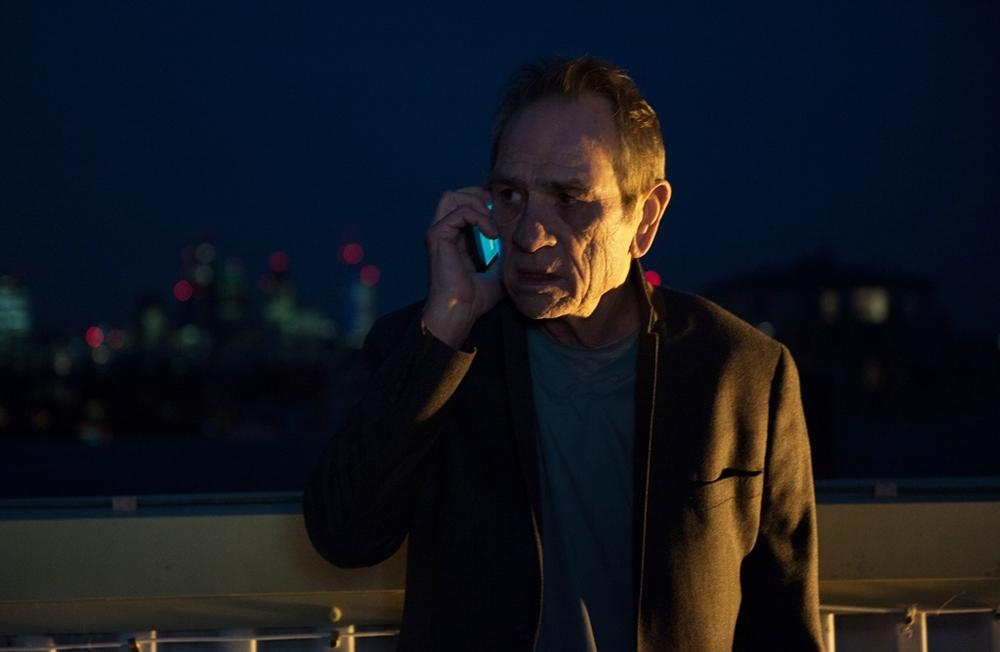 Criminal: Tommy Lee Jones in una scena del film