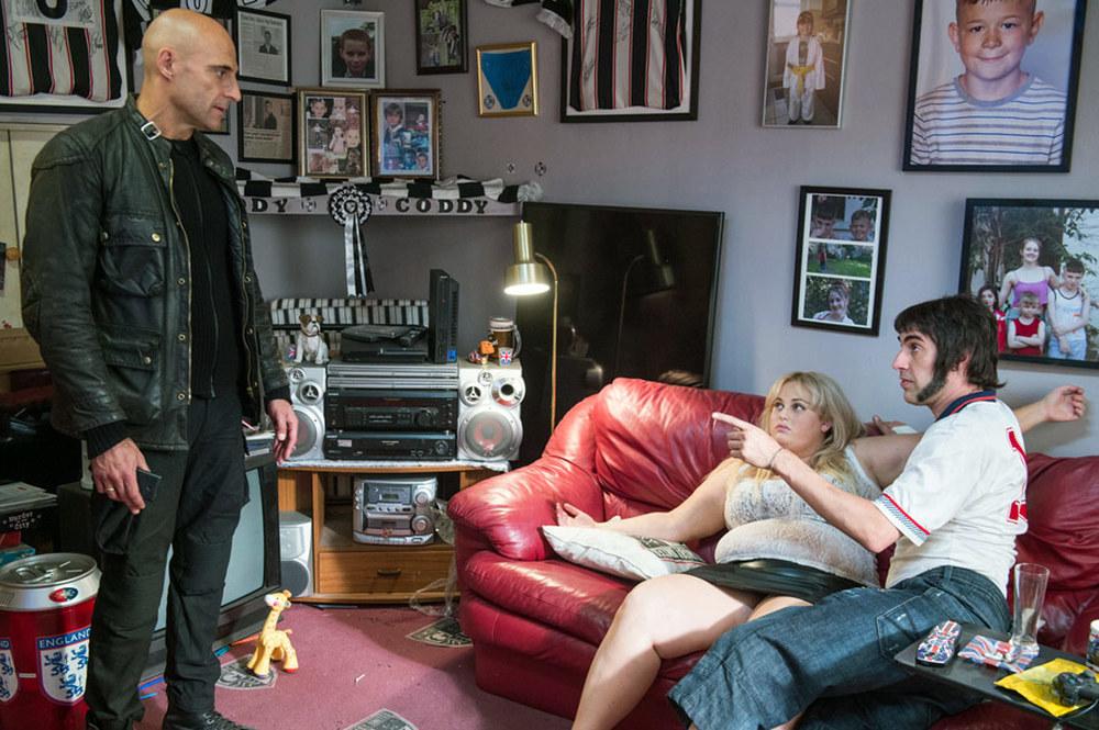 Grimsby - Attenti a quell'altro: Sacha Baron Cohen, Mark Strong e Rebel Wilson in una scena del film