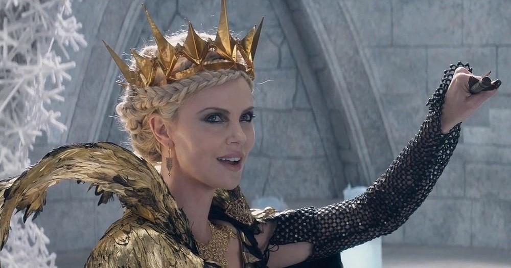 Il cacciatore e la regina di ghiaccio: una perfida Charlize Theron in una scena del film