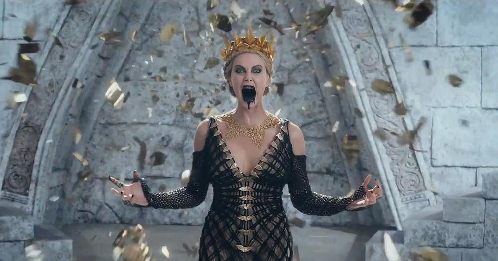 Il cacciatore e la regina di ghiaccio: Charlize Theron in preda all'ira in una scena del film