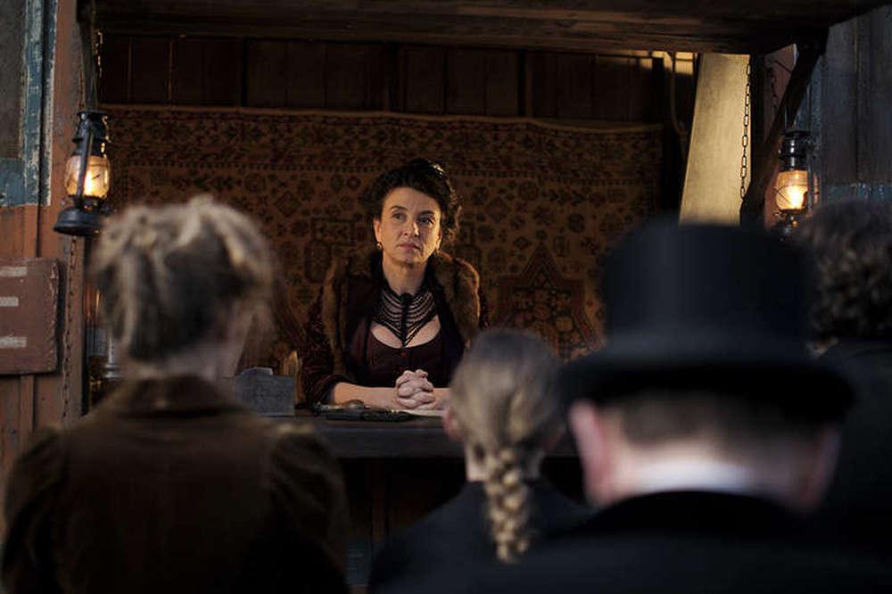 Mister Chocolat: Noémie Lvovsky in una scena del film