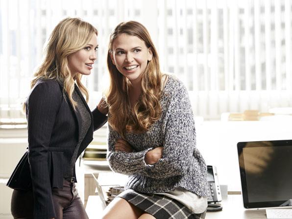 Younger: le attrici Hilary Duff e Sutton Foster in un'immagine della prima stagione