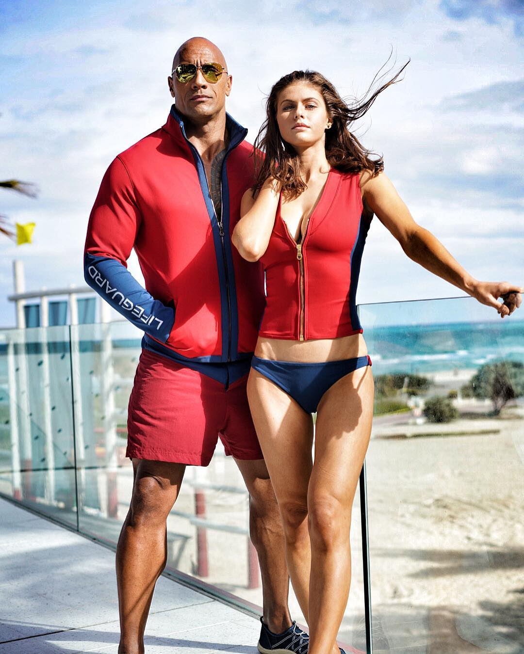 Baywatch: Dwayne Johnson e Alexandra Daddario sul set del film