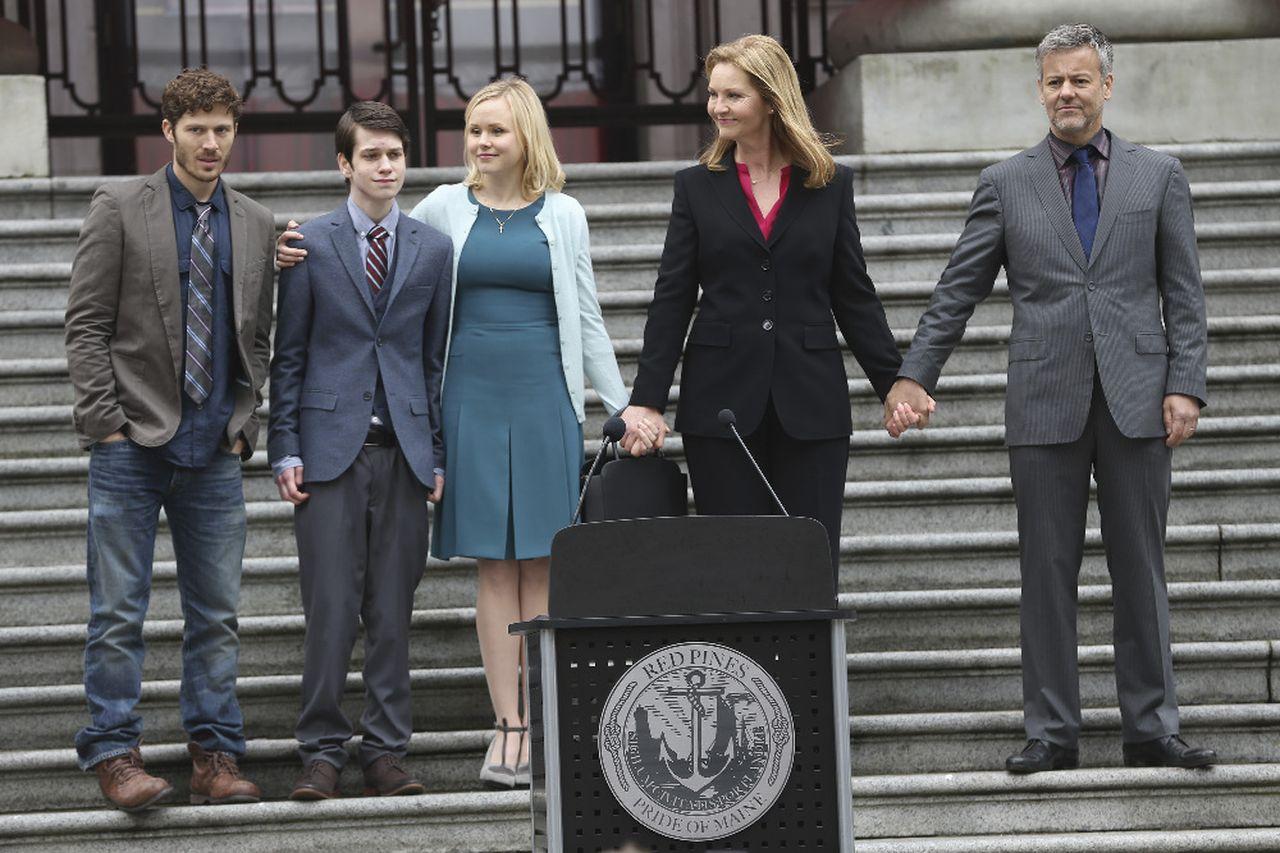 The Family: Zach Gilford, Liam James, Alison Pill, Joan Allen e Rupert Graves in una foto della serie