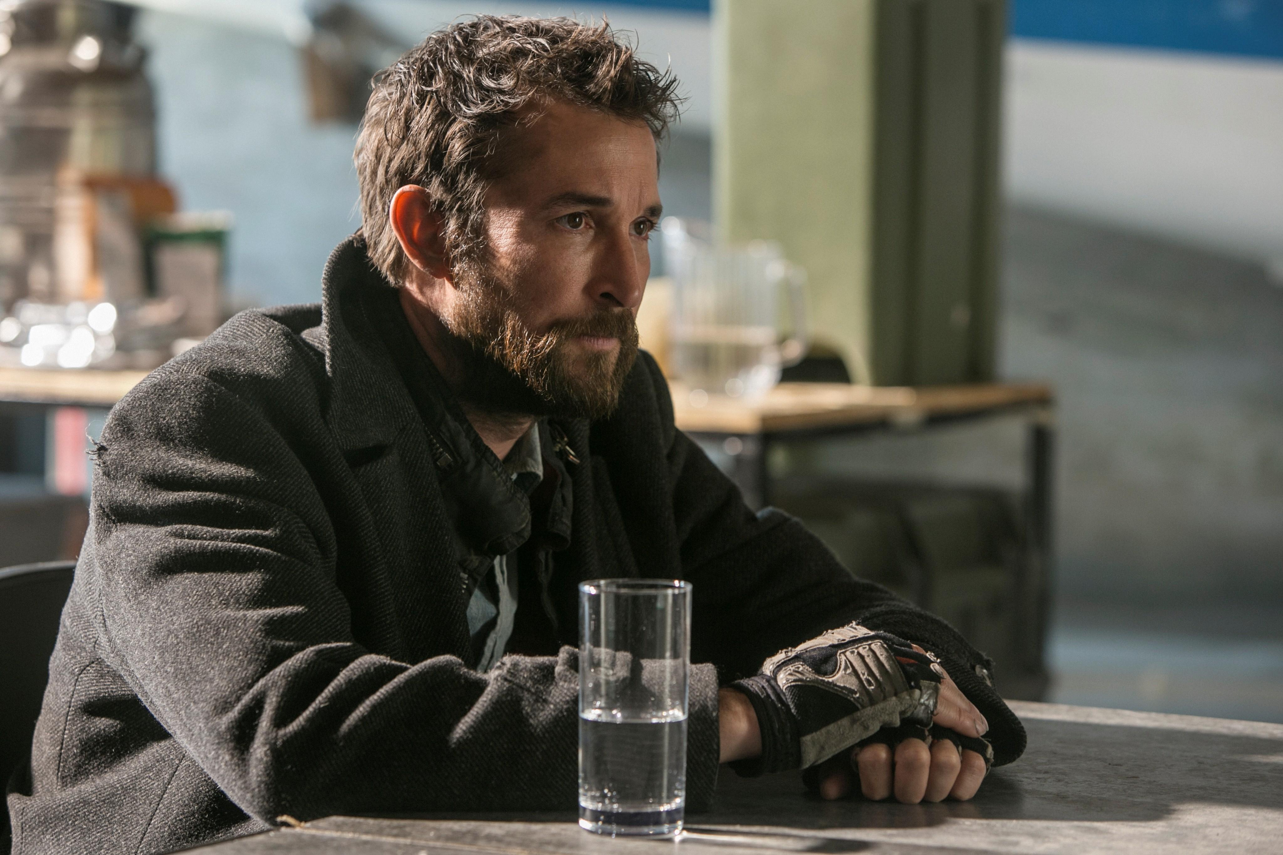 Falling Skies: il protagonista Noah Wyle nel quarto episodio della terza stagione