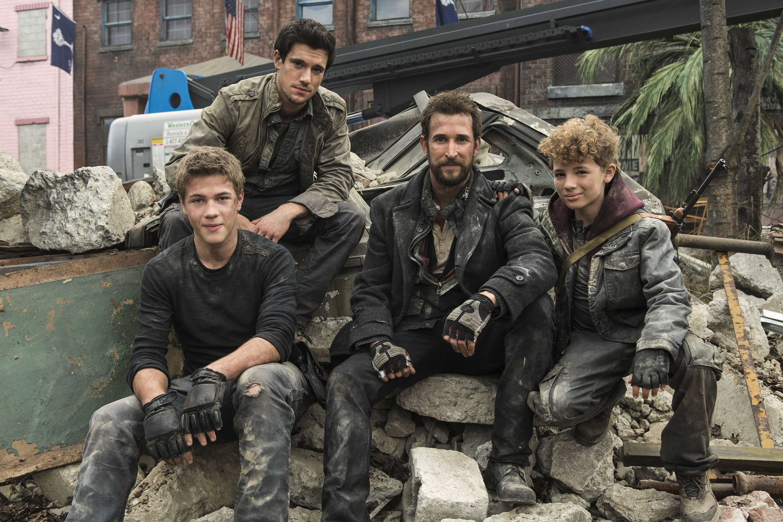 Falling Skies: gli attori Connor Jessup, Drew Roy, Noah Wyle e Maxim Knight sul set della terza stagione