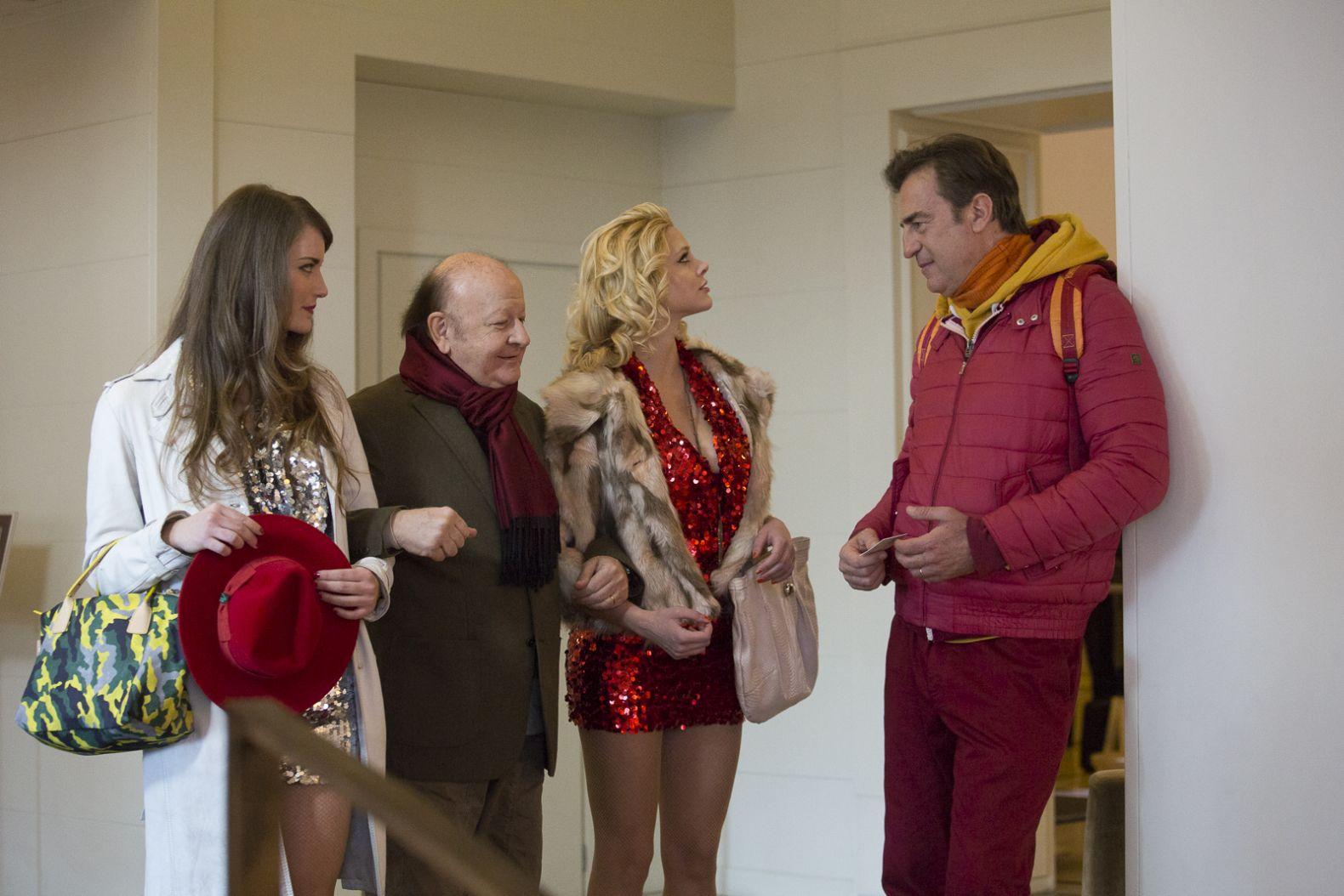 La coppia dei campioni: Max Tortora e Massimo Boldi in compagnia di due ragazze in una scena del film